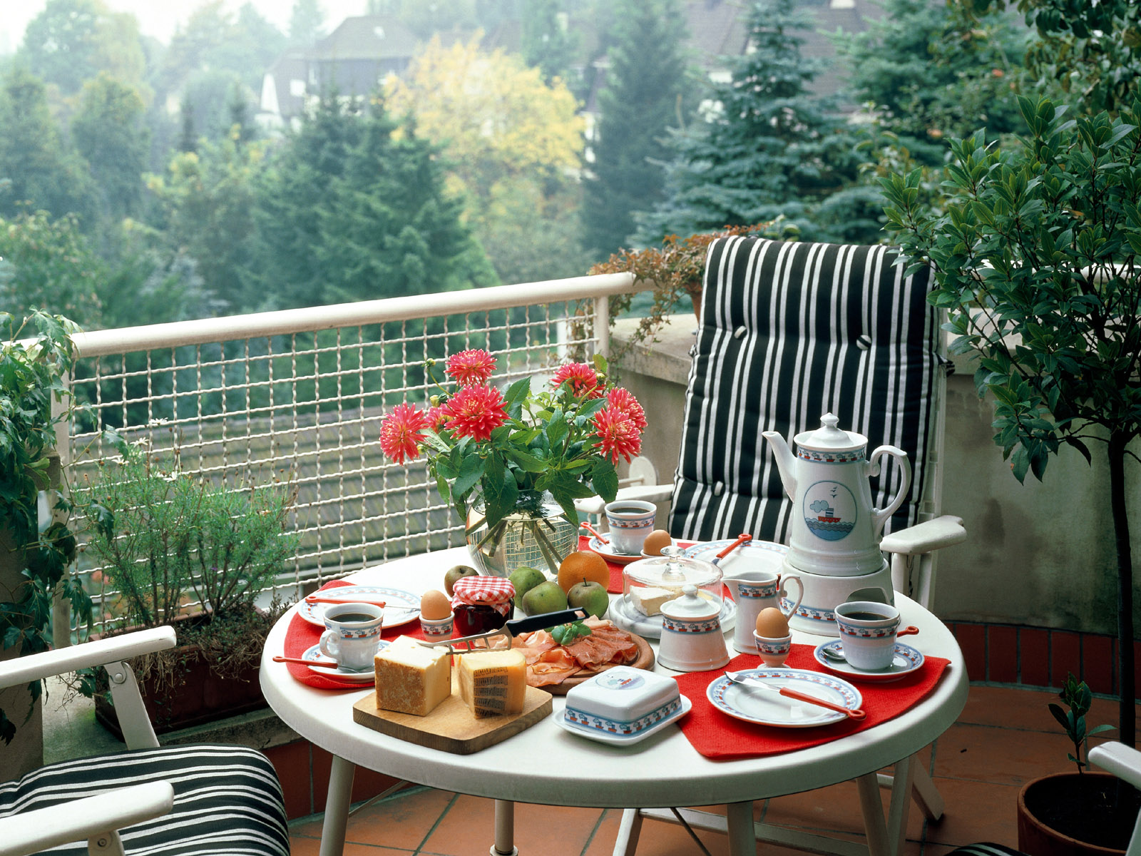 Balcony-Table-Decoraction Balcony Table Decoration
