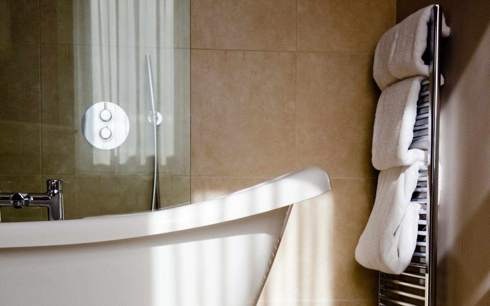 Bathroom_bathtub-and-towels Bathroom bathtub and towels