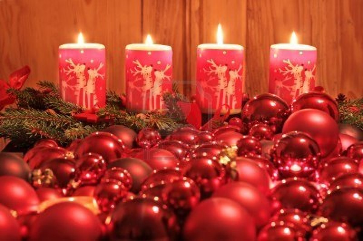 7930559-burning-advent-candles-and-christmas-ornaments-as-a-christmas-decoration