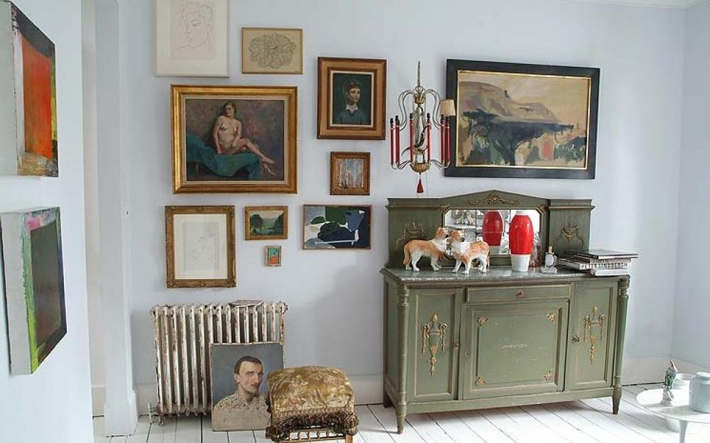 vintage-style-in-georgian-house-interior-with-picture-frame-decor-on-wall-and-classic-furniture