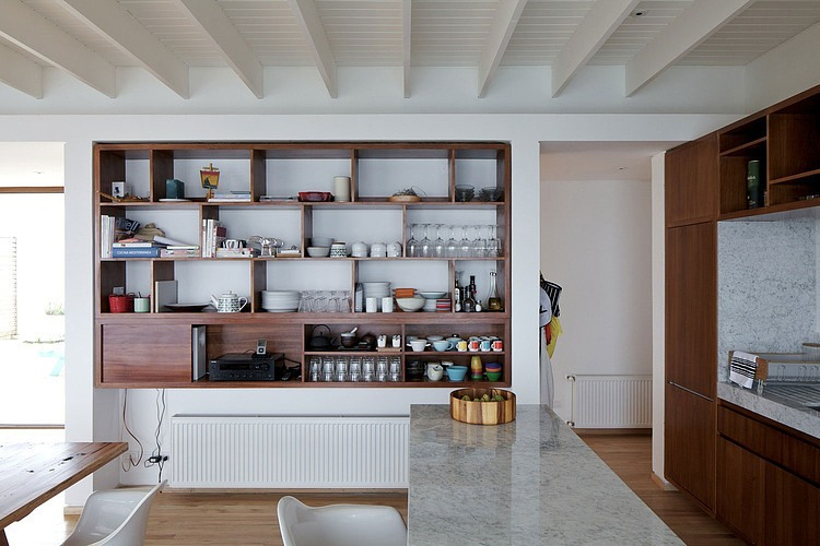 Tunquen-house-nicols-lipthay-allen-l2c-kitchen-cabinets-and-floating-shelves-with-lacquered-wooden-floors