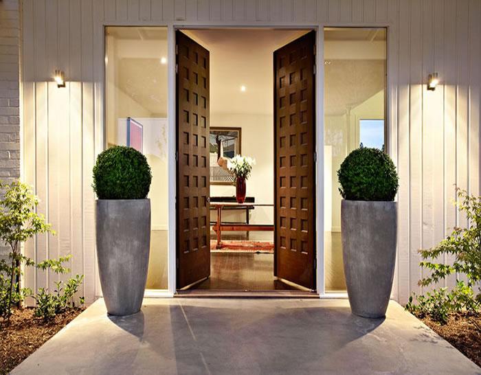 47-glen-shian-mt-eliza-white-timber-house-beautiful-entrance-symmetrical-pots-timber-front-doors