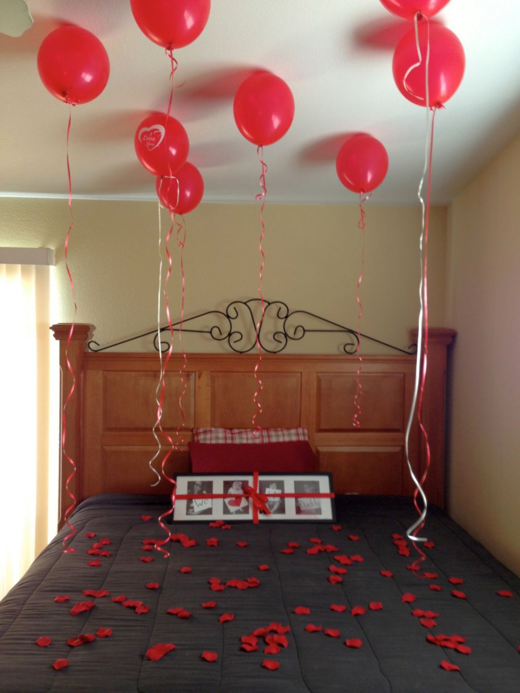How to decorate home for valentine 39 s day interior for Bed decoration with balloons